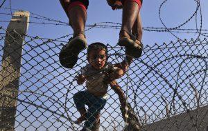 niño saltando la valla